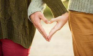 Młodszy czy starszy partner? Kiedy kobiety wolą młodszych?