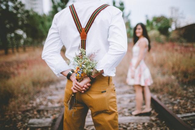 Mężczyzna z kwiatami