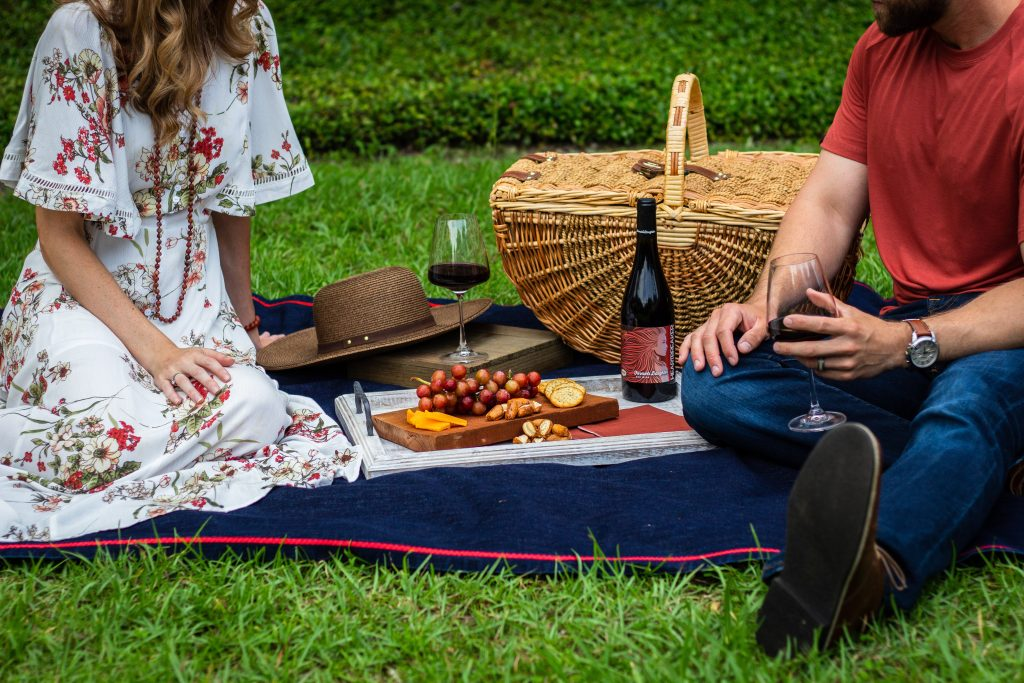 Para zakochanych na pikniku