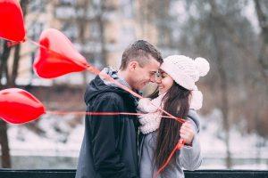 Zakochani i balony w serduszka