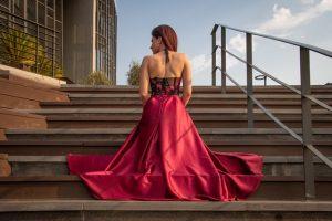 Kobieta w sukni balowej