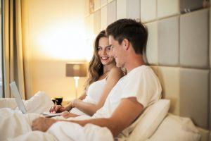Kobieta i mężczyzna w łóżku